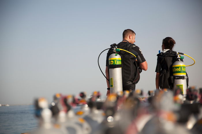 two scuba diving beginners completing their enriched air diver certification