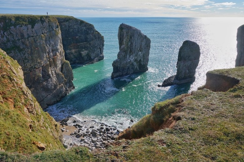 travel to see the beautiful coastlines in the UK with the cheapest car rental in europe