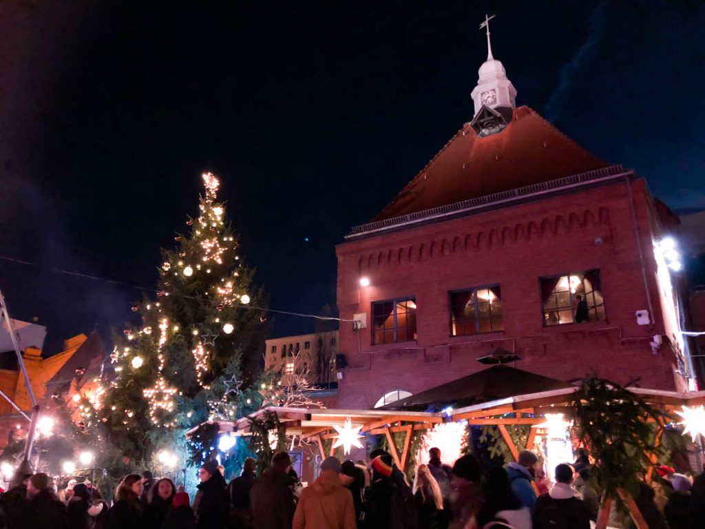 lucia christmas market at kulturbrauerei in prenzlauer berg berlin with a huge christmas tree and lights